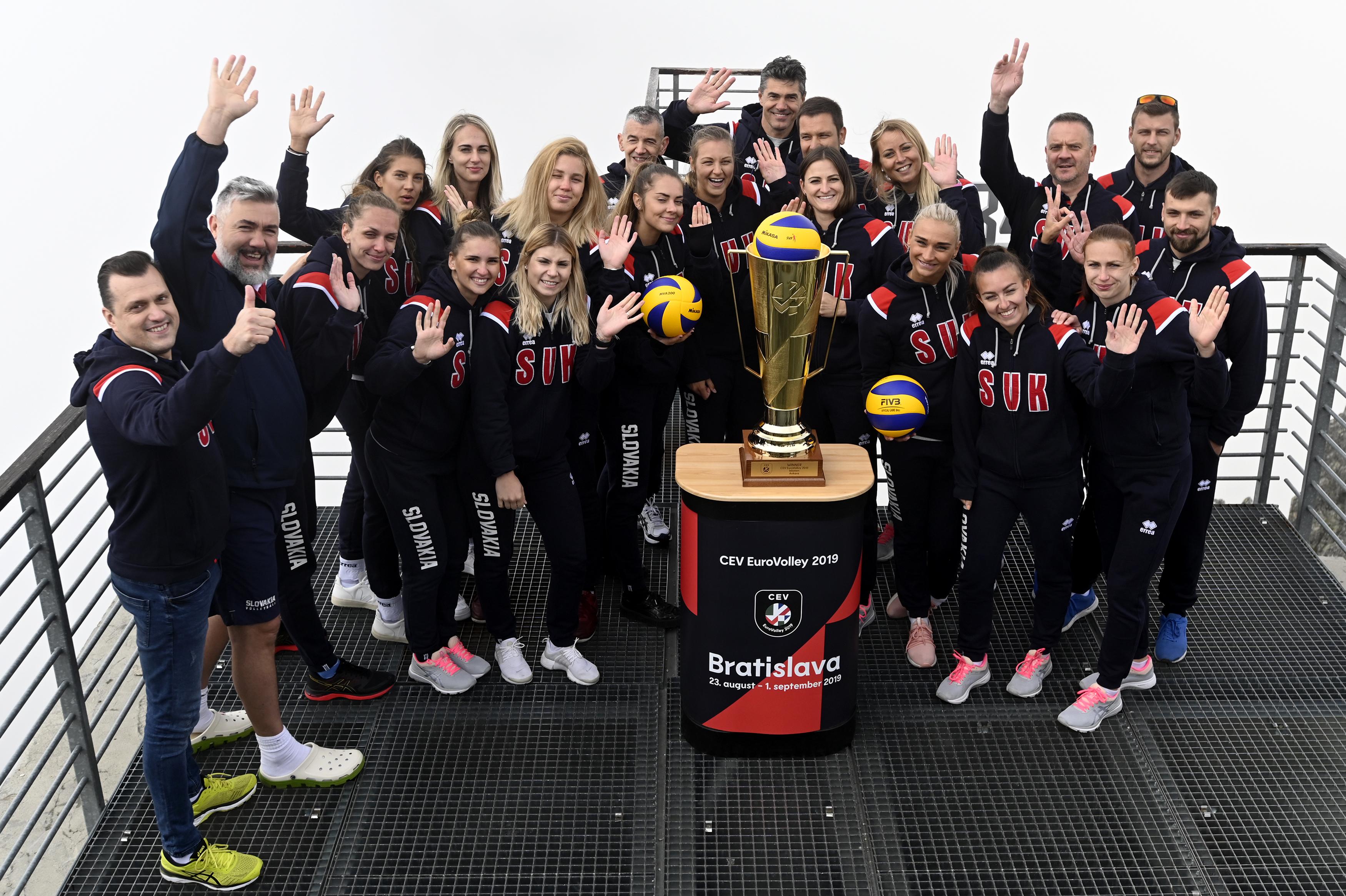 Celý slovenský tím a trofej pre majsterky Európy na Lomnickom Štíte. FOTO: TASR