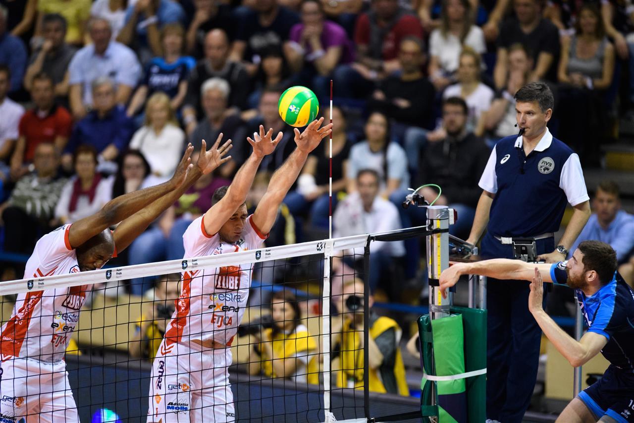 Rozhodca Juraj Mokrý sleduje akciu počas finále LM Kazaň - Civitanova. FOTO: CEV