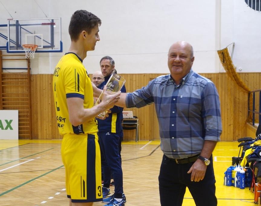 Patrik Lamanec preberá cenu Hráč mesiaca január. FOTO: VK KDS-Šport Košice